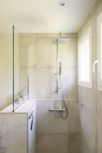 rénovation d'une salle de bain lumineuse à st selve près de bordeaux
