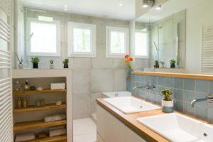 conception d'une salle de bain lumineuse à saint selve